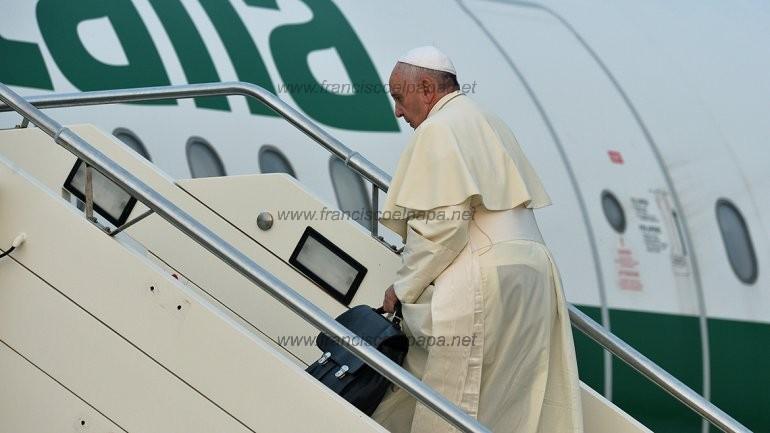 papa en albania 00